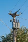 与电变压器蓝天的电源杆在背景中 免版税库存照片