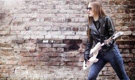 与电吉他的美丽的女孩摇摆物 岩石musicia 免版税图库摄影