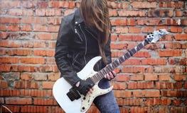 与电吉他的美丽的女孩摇摆物 岩石musicia 免版税库存图片