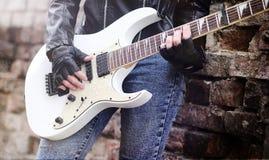 与电吉他的美丽的女孩摇摆物 岩石musicia 库存图片