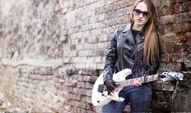 与电吉他的美丽的女孩摇摆物 岩石musicia 图库摄影