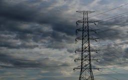 与电塔的云彩 免版税库存图片