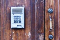 与电子号码锁的木门 旅馆与电子安全数字系统的门把手 免版税库存照片