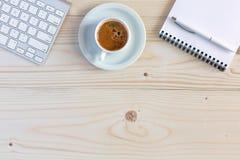 与电子文具和咖啡的办公室构成在木头 图库摄影