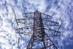 与电定向塔的高压线在clou背景  图库摄影