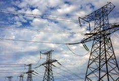 与电定向塔的高压线 免版税库存照片
