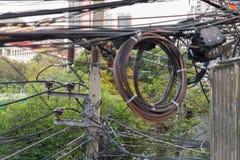 与电导线被缠结的缆绳的电系统  库存图片