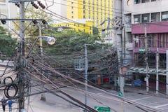 与电导线被缠结的缆绳的电系统  免版税库存照片