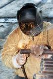 与电弧电极的工作者焊接 图库摄影