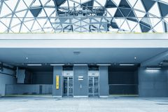 与电梯的现代大厦 免版税库存照片