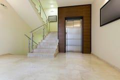 与电梯门的大厅内部 免版税图库摄影