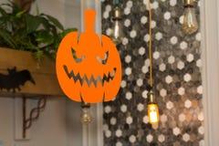 与电灯泡、南瓜和棒的欢乐装饰 免版税图库摄影
