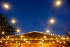 与电灯泡光的减速火箭的屋顶装饰 免版税库存照片