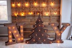 与电灯泡光的木信件NY在木墙壁背景 顶楼想法 圣诞节概念查出的新的空白年 纽约 库存照片