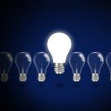 与电灯泡的想法概念在蓝色背景 免版税图库摄影