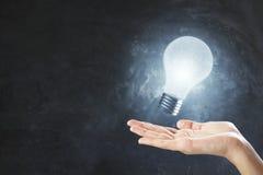 与电灯泡的想法概念 免版税库存照片