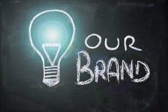 与电灯泡的白垩设计,品牌独特 库存图片