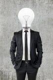 与电灯泡头,在企业概念的创造性的商人 库存图片