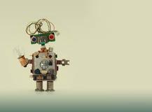 与电线发型的未来派机器人概念 巡回插口芯片玩具机制,滑稽的头,色的蓝色 库存图片