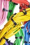 与电缆扎匝的电子颜色缆绳 免版税库存照片