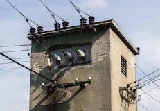 与电缆的小电源变压器塔 免版税库存照片