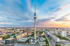 与电视塔在日落,德国的柏林地平线 免版税库存图片