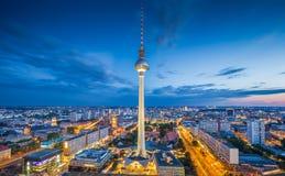 与电视塔在晚上,德国的柏林地平线 图库摄影