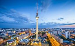 与电视塔的柏林地平线在黄昏的Alexanderplatz,德国 免版税库存图片