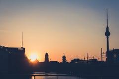 与电视塔-日落天空的柏林地平线 库存照片