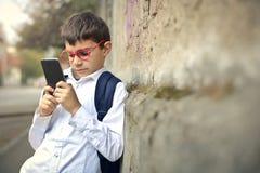 与电话的孩子 库存照片