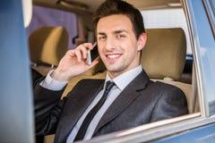 与电话的生意人 免版税图库摄影