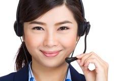 与电话耳机的亚洲妇女电话中心 免版税图库摄影