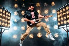 与电镀吉他的男性流行音乐明星 图库摄影
