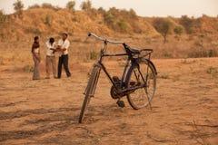 与男孩的印第安自行车在使用之后 免版税库存照片