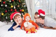 与男婴的年轻家庭在狐狸服装穿戴了 库存图片