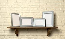 与画框前面的架子 免版税库存照片