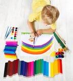 与画笔,很多油漆的儿童绘画 免版税库存照片