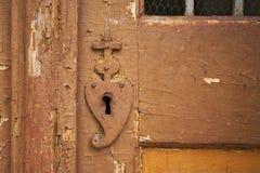 与留下油漆,但是工作锁的老木门 图库摄影