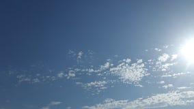 与疏散云彩的美丽的光亮的蓝天 库存图片