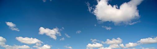 与疏散白色云彩的蓝天 免版税库存图片