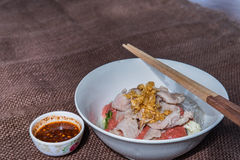 与痘疱的泰国烹调Sukiyaki在木背景和空间f 免版税库存图片