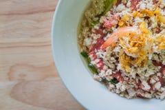 与痘疱的泰国烹调Sukiyaki在木背景和空间f 库存照片