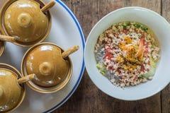 与痘疱的泰国烹调Sukiyaki在木背景和condime 免版税库存照片