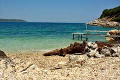 与痣的石海滩 免版税库存照片