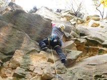 与登山人的岩石 免版税库存照片