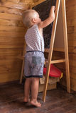 与白垩的小男孩图画在黑板 图库摄影