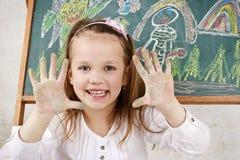 与白垩的愉快的儿童图画在黑板 库存照片
