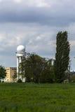 与白扬树的雷达塔在机场tempelhofer领域, berli 免版税库存照片