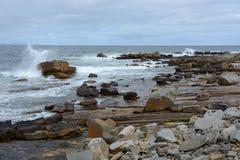 与白浪花巫婆的岩石海滩 免版税库存照片