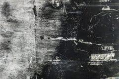 与白涂料的概略的被烧的混凝土墙背景 免版税库存照片